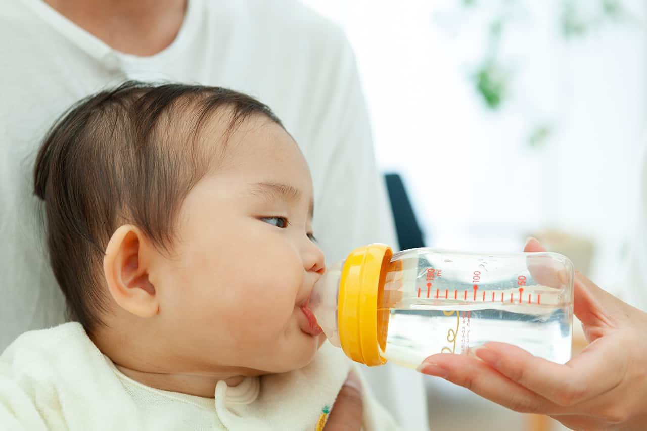 赤ちゃんのミルク以外の飲み物はいつから?