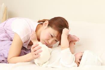 赤ちゃんのうんちがネバネバしてる!粘液便の原因や対処法とは