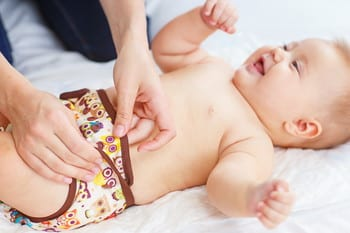 赤ちゃんのおしっこの回数や色は?少ないと感じたときの対処法やトレーニングなどについても解説