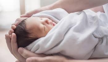 生後1ヶ月の赤ちゃんの成長は?起こり得るトラブルや対処法についても解説
