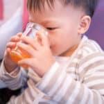 赤ちゃんのジュースはいつからOK? あげる際のポイントや注意点も解説