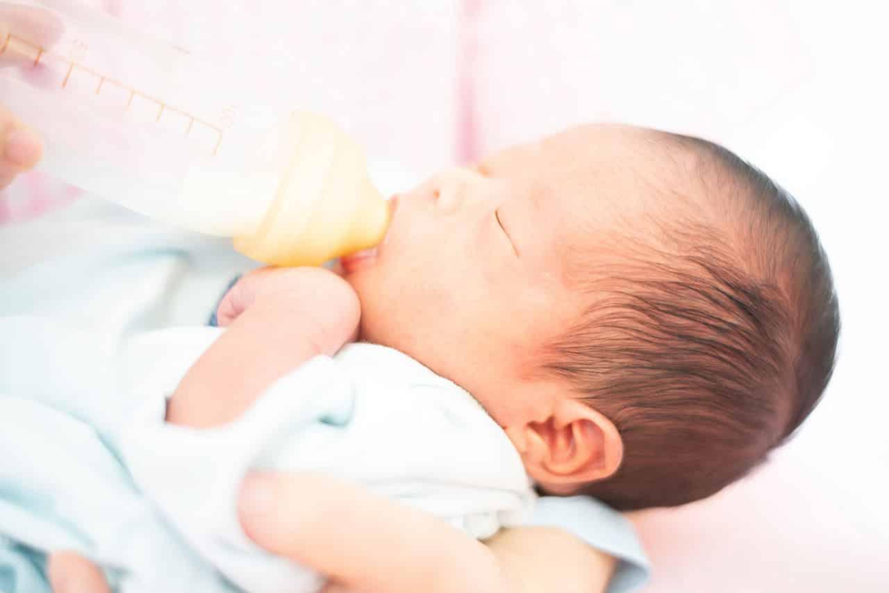 赤ちゃんの満腹中枢はいつから?ミルクや母乳の飲みすぎがわかるサインも紹介